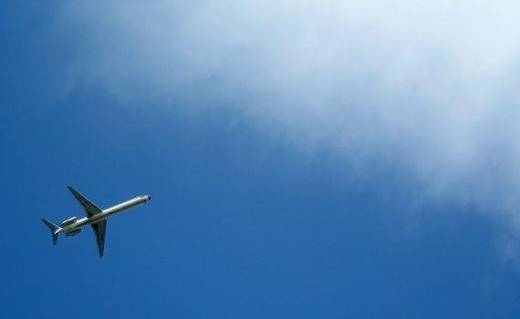 flugzeug_vor_wolke